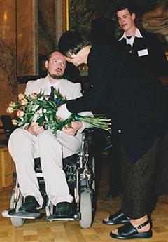 Josef Selichar, zakladatel prodejny zdravotních pomůcek, při přebírání ceny Olgy Havlové v roce 2004